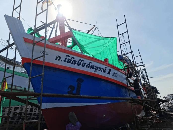 FISHING BOAT CAPSIZES OFF CHA-AM COAST - FOUR CREW MISSING